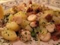 Piovra con patate su un letto di misticanza
